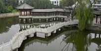 湖面的曲桥建筑