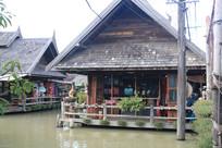 建在水上的泰式民居建筑