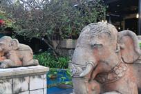 酒吧门前的石刻大象