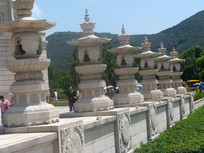 镂空雕有佛祖的灯塔
