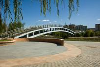 蓝天垂柳桥梁