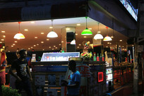 亮灯的冷饮小吃店