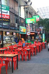 露天酒吧的红椅子