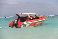 漂在海面上的快艇
