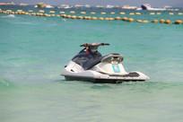 漂在海面上的摩托艇