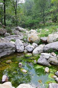 山谷中的小河流风景图