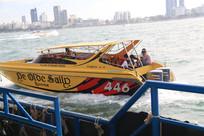 驶离码头的黄色游艇