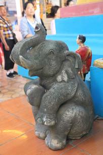 四面佛前的石象雕塑