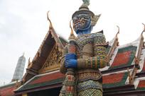 寺庙前的彩色夜叉雕塑
