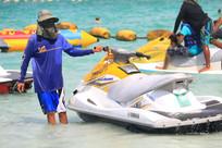 停靠岸边的摩托艇和教练