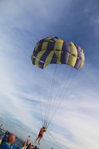 玩滑翔伞的人