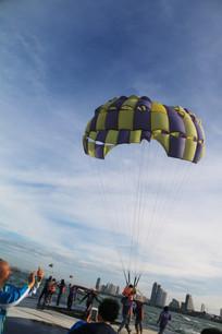 玩滑翔伞着地的人