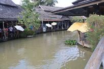 小河两旁的泰式民居