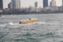 行驶在海浪中的快艇