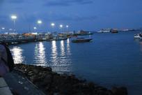 夜幕降临的海滩