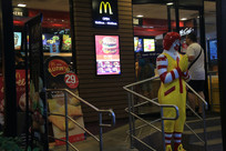 夜晚的麦当劳餐厅