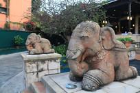 有大象石刻装饰的酒吧大门