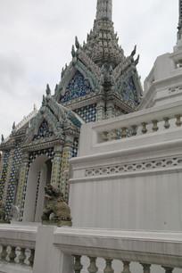 有各种图案装饰的白色高塔