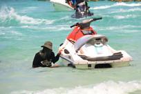 游人旁边的摩托艇