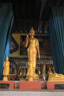 站立的金佛像