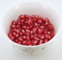 碗里的红色石榴籽