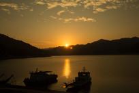 夕阳江湖船