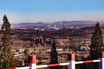 大山远处的平定城