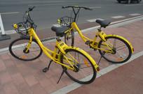 街边两台小黄车