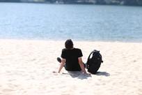 男生沙滩背影