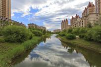小区河流云彩倒影绿化