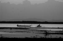 清晨江上捕鱼船