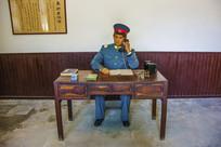 大帅府承启处警卫员打电话塑像