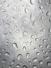 雨天玻璃上的水珠