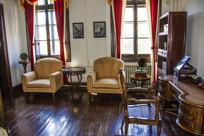 大青楼内靠式扶手沙发与圆木桌