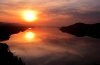 河南三门峡黄河中落日的倒影