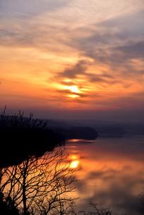 河南三门峡黄昏中时的黄河落日