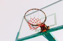 阳光下的篮球框架