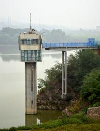 水库旁边的水位监测建筑