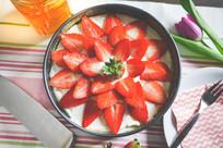 新鲜出炉的草莓蛋糕