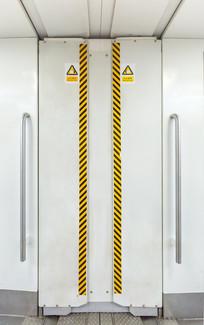 地铁车厢连接处