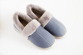 白背景上的一双蓝色保暖鞋