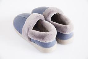 白色背景上的一双蓝色保暖鞋