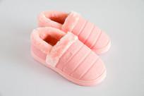 厚厚的粉红色保暖鞋