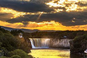 镜泊湖瀑布的金色耶稣光