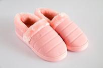 一双粉红色保暖鞋