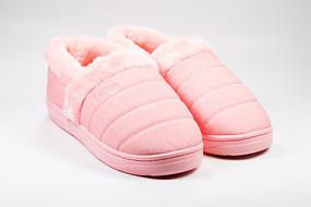 一双厚厚的粉红色保暖鞋