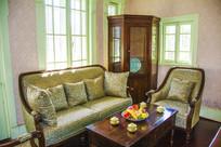 赵一荻旧居客厅沙发茶几与角柜