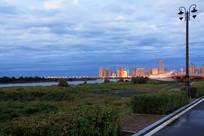 傍晚的滨海城市灯光