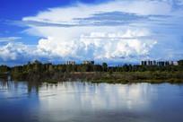 蓝天白云下的松花江畔建筑