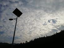 晨光下的太阳能路灯